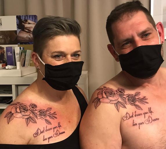 koppel tattoo rozen en tekst