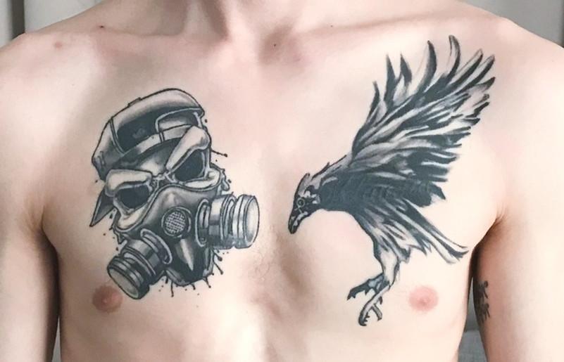 skull met gasmasker en raaf tattoo