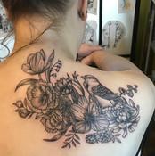 rug attoo voor vrouw vogel met bloemen