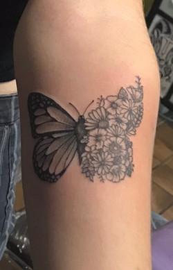vlinder met bloemen tattoeage