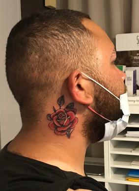 nek tatoeage roos in kleur
