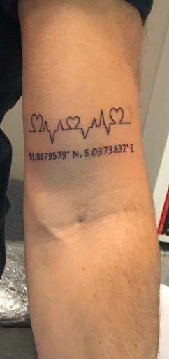 gps coordinaten tatoeage met hartslag