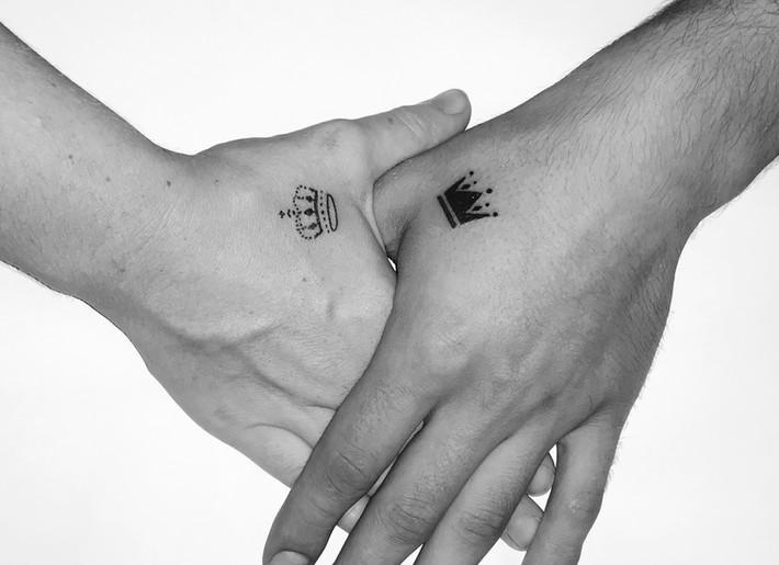 king and queen koppel tattoo op hand
