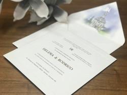 Convite em algodão, leterpress e hostamp nos nomes dos noivos e monograma.