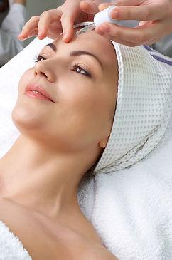 En kvinna får en ansiktsbehandling