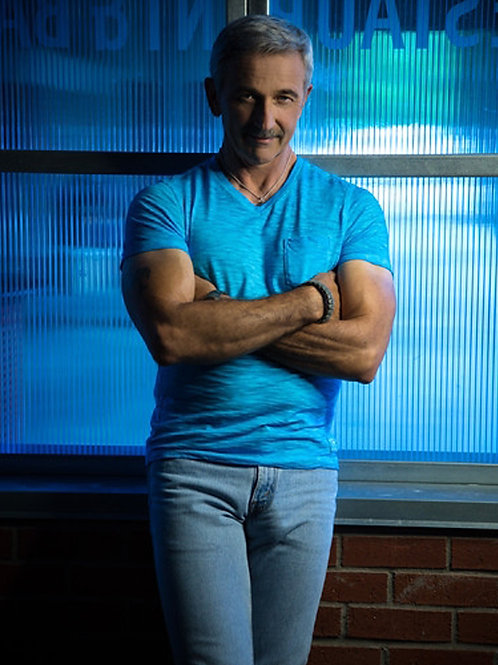 Aaron Tippin Showing Quite a Bulge
