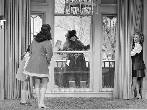 Mary Tyler Moore with Rhoda Locked on the Patio in the 1st Episode