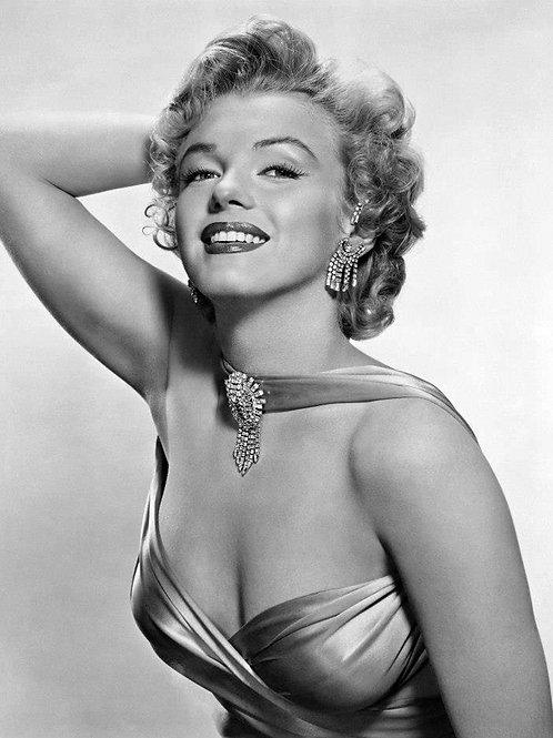 Marilyn Monroe Looking Elegant in Diamond Earings