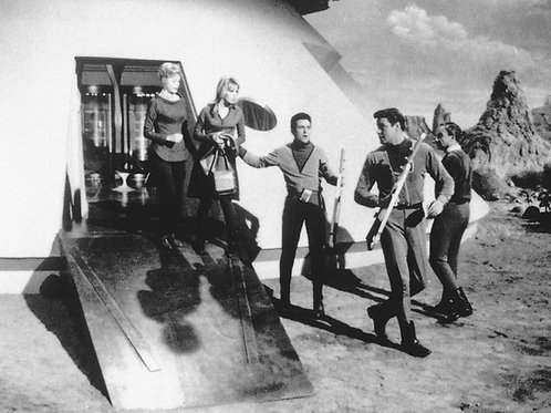 Behind the Scenes of the Lost in Space Cast Leaving the Jupiter 2
