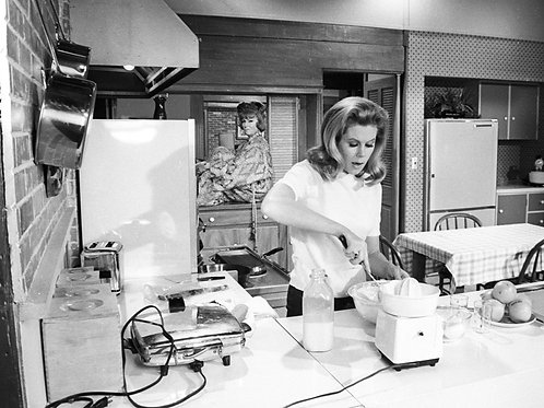 Elizabeth Montgomery & Agnes Moorehead on the Bewitched Set