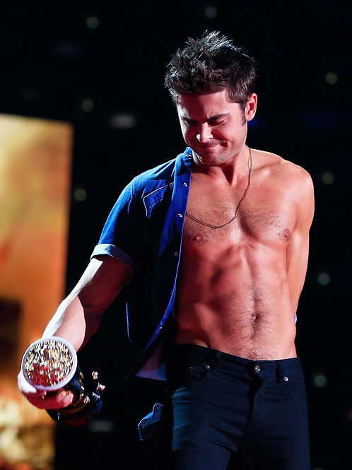 Zac Efron Removing His Shirt at the MTV Movie Awards in 2014