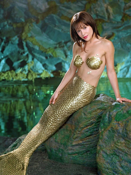 Alyssa Milano playing Phoebe as a mermaid in Charmed