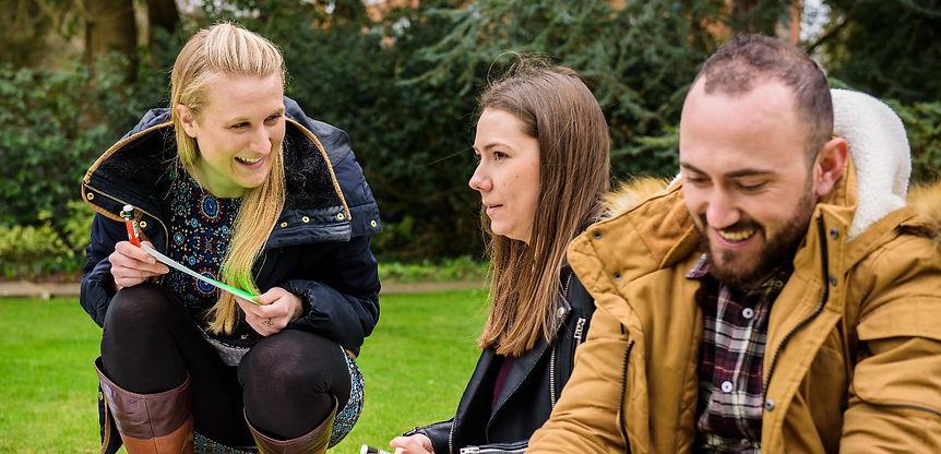 Couple coach support intercultural couple to reconnect and improve communication. Beziehungscoach hilft interkulturellem Paar sich tiefer zu verbinden und offen zu kommunizieren.
