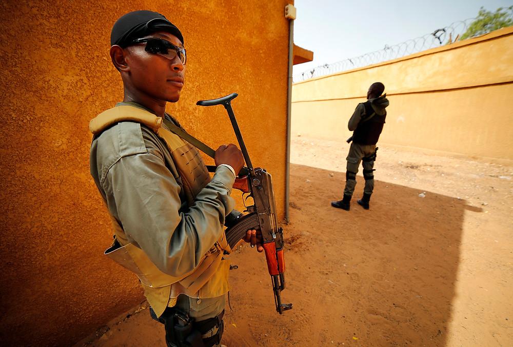 Les militaires de l'opération Barkhane s'engagent au Mali et au Niger. Entre Bamako et Niamey, théâtres d'un double combat. Pour la survie des migrants. Pour la traque des terroristes