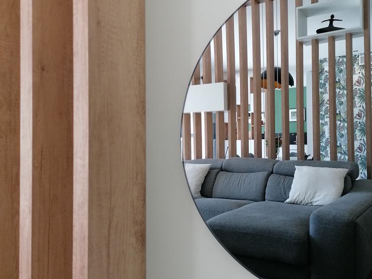 Aménagement d'un salon salle à manger dans une maison neuve dans le quartier de Montchat à Lyon 69003. Restructuration des espaces grâce à des claustras en bois. Stratifié Egger. Création d'un bureau et du mobilier de rangement. Ambiance chaleureuse, blanche et bois. Sécurisation de l'escalier. Mise en place de tasseaux et pour parfaire la décoration d'un papier peint et d'une jolie peinture vert d'eau. Architecture intérieure. Architecte d'intérieur. Lyon. Atelier A.L