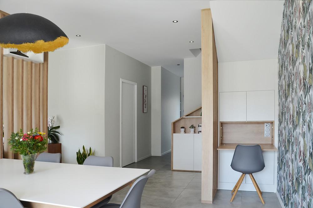 bureau claustra bois blanc egger laredoute mobilier meuble sur-mesure maison lyon papier peint jungle suspension homeoffice niches placard étagère garde-corps escalier