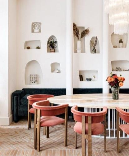 niches à la chaux enduit céramiques air méditerannée salon restaurant sud de la france mobilier artisanat versace