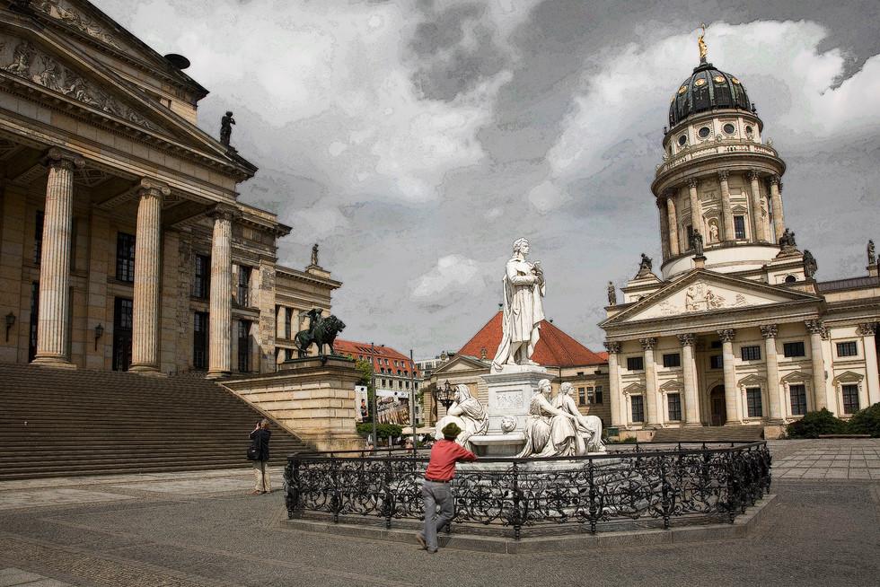 Berlin,  Gendarmenmarkt - Schillerbrunnen - Schauspielhaus - Französiche Döm