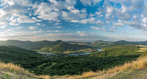 Panorama údolí Labe z vyhlídky Skalky