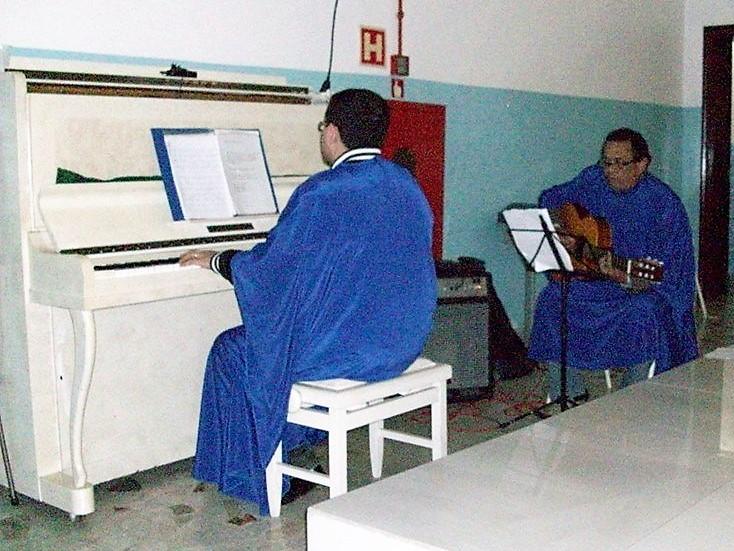 Coral e tocando piano