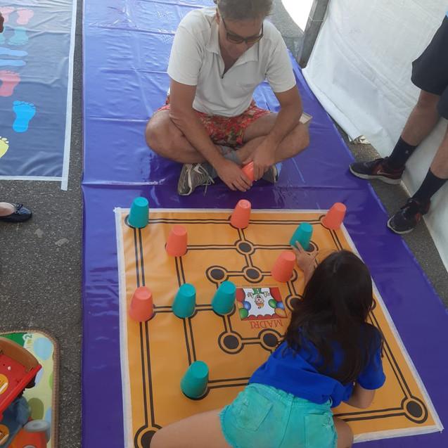 familia jogando junto