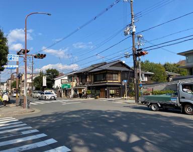 岡崎道と冷泉通りの交差点を 東に進みます。