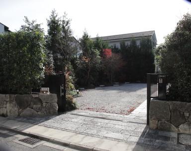 入口前の通り(冷泉通り)は 東向きに一通となっております。