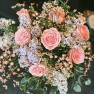 Blumenstrauss mit Rosen und Flieder