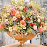 Blumenbouquet in goldenem Gefäss