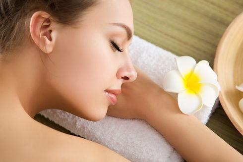 beautiful-young-woman-laying-at-spa-salo