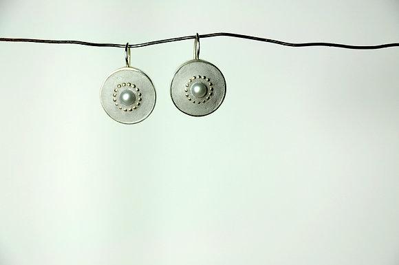 Grau mit Perle