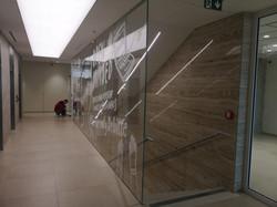 Průběžné skleněné stěny schodiště