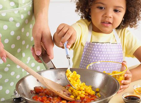 Cozinhar com crianças: como as crianças pequenas podem participar na cozinha e aprender