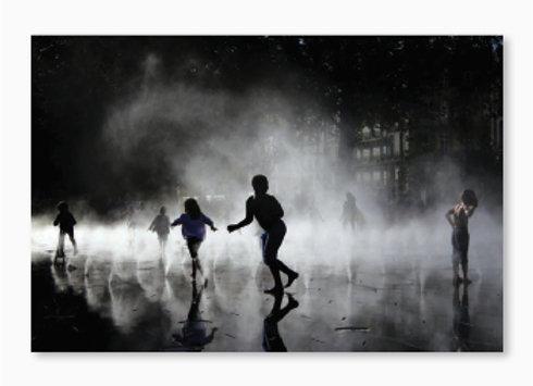 Jeux d'enfants et de lumières sur le miroir d'eau de Nantes