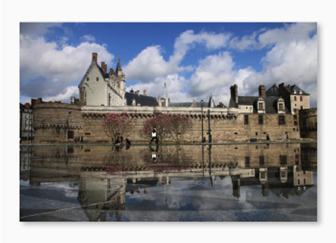 Le miroir d'eau devant le château des ducs de Bretagne