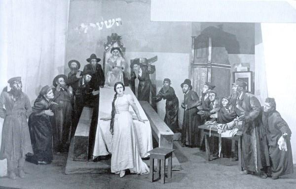 写真:Y.ワフタンゴル演出によるヘブライ語劇団「ハビマ座」の初演(1922年1月31日、モスクワ)