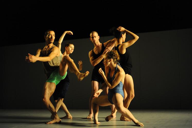 バットシェバ舞踊団「Sadeh 21」© Gadi Dagon