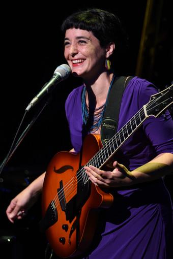 シャイ・マエストロ・トリオの公演にゲスト出演したカミラ・メザ ©岡利恵子