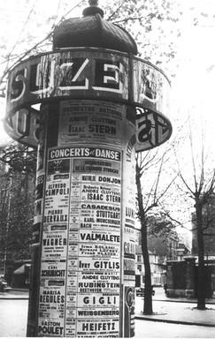 1954年パリ市内のコラム広告