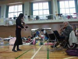 ギトリスが演奏した門脇中学校の避難所