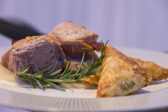 Χοιρινό φιλέτο με κρέμα φασολιών Καστοριάς και τορτέλι με σπανάκι και ανθότυρο