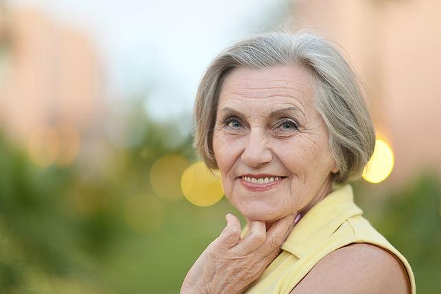 femme sénior souriante