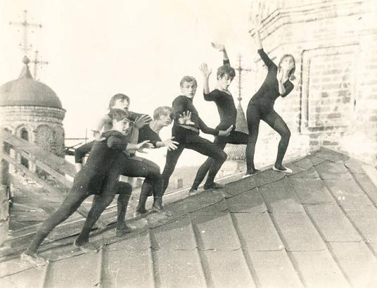 Мимы на крыше церкви