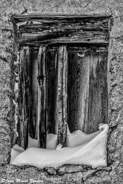 06807 SNOWY OLD WINDOW