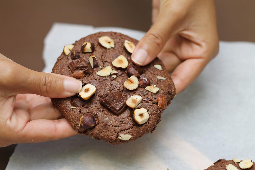 Noisettes, chocolat, fleur de sel. Cookies au cacao vegan sans gluten farine d'avoine