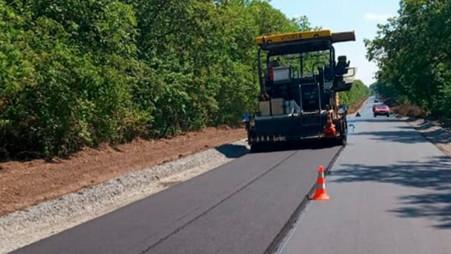У Кам'янець-Подільському районі виконують роботи з поточного ремонту доріг