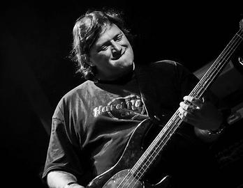 bass: Mandi Blühweis