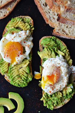 poached-egg-and-avocado-toasts-94201014 (3)