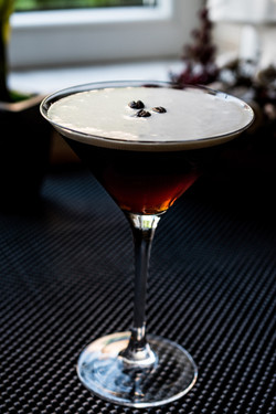 espresso-martini-cocktail-with-coffee-beans-98101891