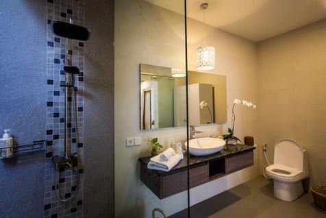 16 ENSUITE BATHROOM MASTER BEDROOM 1B.jp